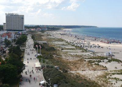 Blick vim Leuchtum auf die Promenade und den Strand